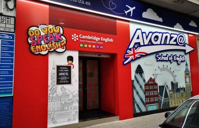 Fachada comercial renovada de academia de idiomas y formación en Zaragoza