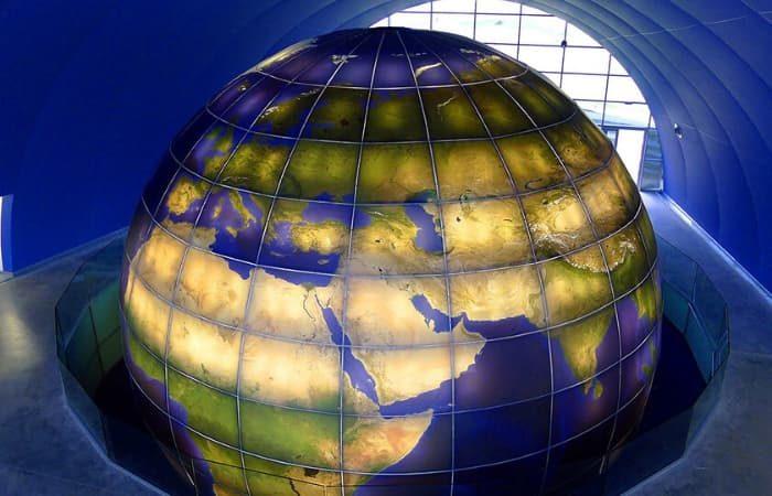 Foto aerea del globo terraqueo instalado por Femonsa en el hall principal del Planetario de Huesca