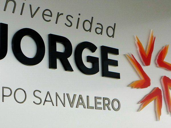 Detalle del Rótulo de Letras Corpóreas situado en el hall de la Universidad San Jorge en Zaragoza