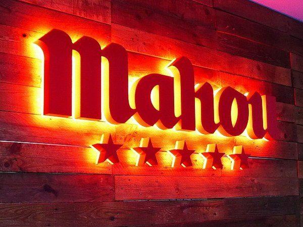 Logotipo Corpóreo retroiluminado en rojo Cervezas Mahou cinco estrellas