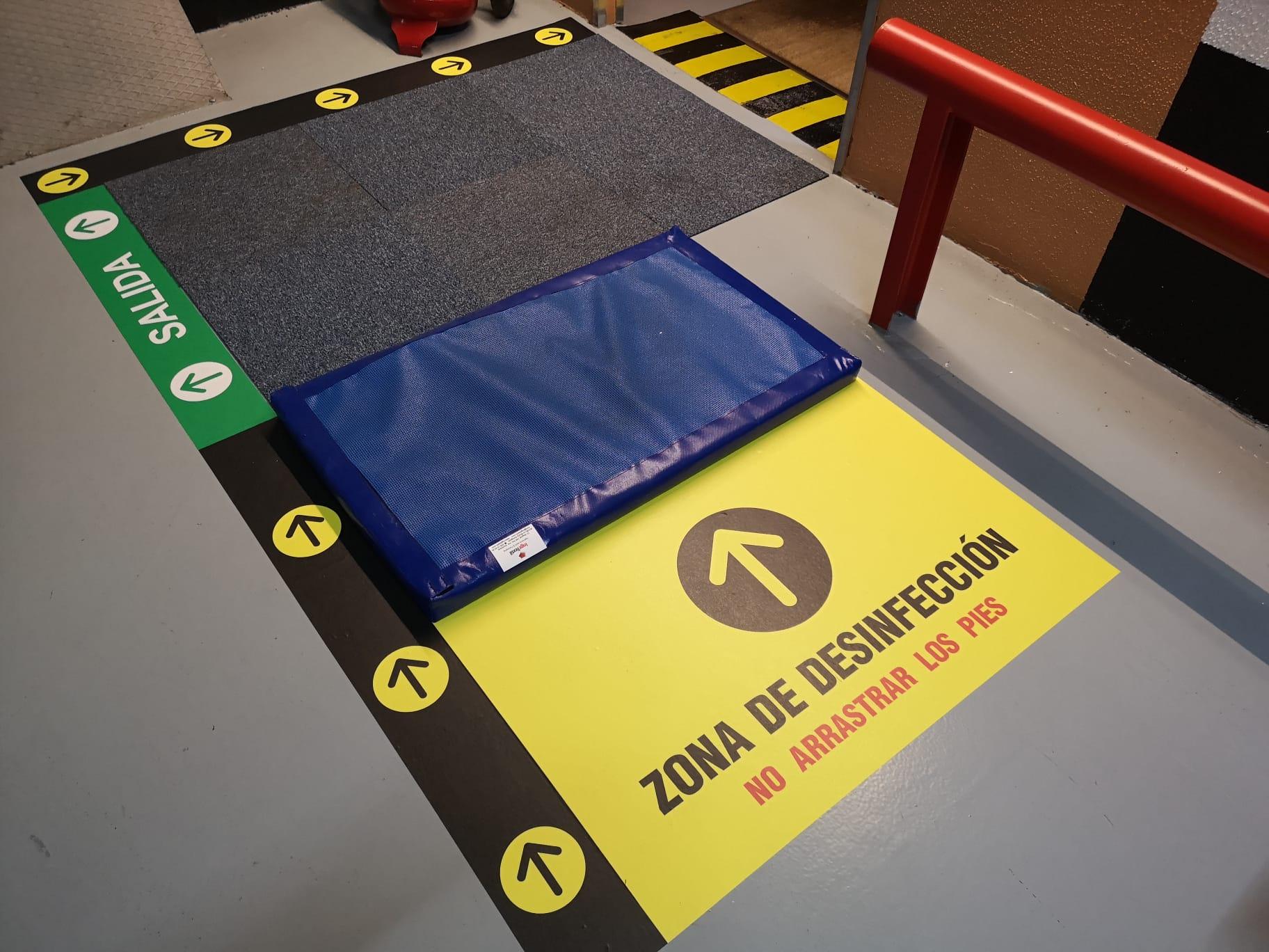 Vinilos personalizados para señalización de rutas y accesos a puntos de desinfección segun normativa covid para edificios y accesos en general